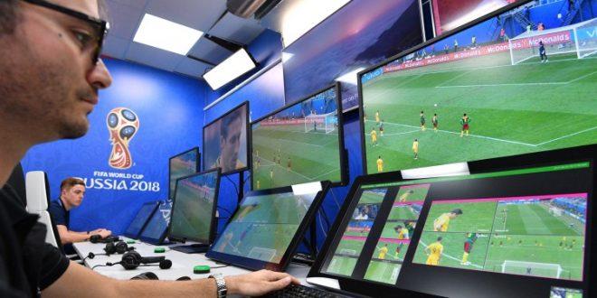 """تعلموا كيف تعمل تقنية الفار VAR أو حكم الفيديو؟.. كلمة اختصار لـ """"Video Assistant Referees"""" وتعني """"حكم مساعد بالفيديو""""، وهي عبارة عن فريق متخصص مكوّن من ثلاثة حكّام يقومون بمتابعة سير أحداث المباراة في غرفة عن بعد.."""