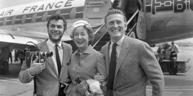 بالصور مسيرة الفنان #كيرك_ دوغلاس Kirk Douglas ..مواليد (1916م -2020م)..منتج أفلام،وممثل تلفزيوني،وممثل أفلام، ومخرج أفلام، وكاتب سيناريو، ومؤلف،وجندي،وممثل مسرحي.. توفي عن عمر يناهز 103 أعوام..وهو أحد أعظم رجال هوليوود البارزين، الذين كانت حياتهم نابضة بالحيوية مثلما كانت كذلك على الشاشة، بحسب ما قال ابنه النجم مايكل دوجلاس..